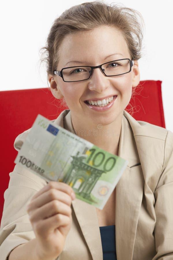Mujer afortunada con cientos billetes de banco del euro fotos de archivo libres de regalías