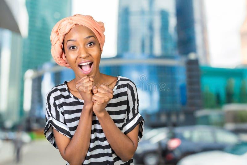 Mujer africana alegre foto de archivo libre de regalías