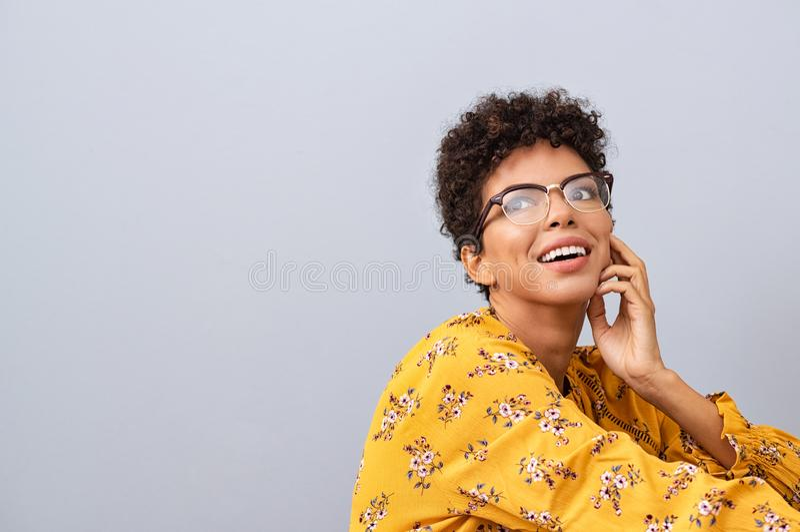 Mujer africana con el pensamiento de las gafas fotos de archivo