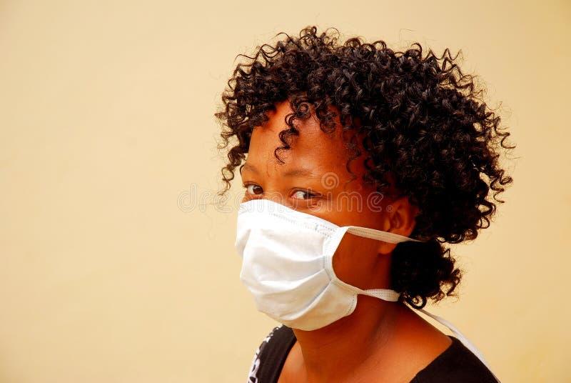 Mujer africana con la máscara de la gripe de los cerdos imágenes de archivo libres de regalías