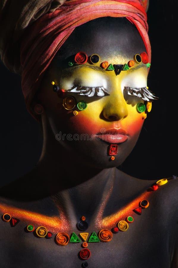 Mujer africana con maquillaje étnico artístico fotos de archivo