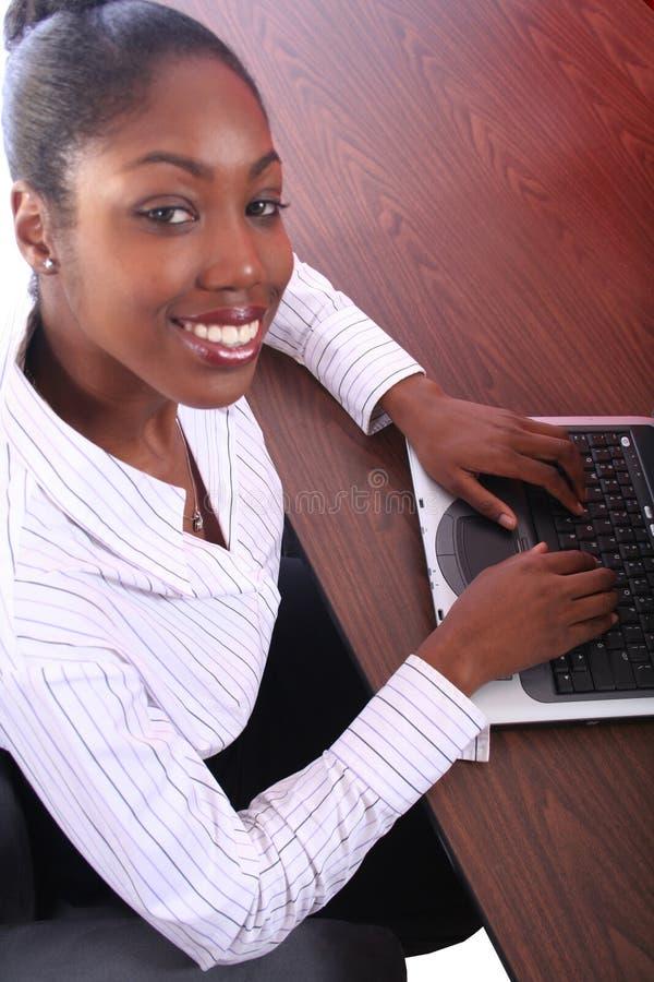 Mujer africana de Amrican con el ordenador fotografía de archivo libre de regalías