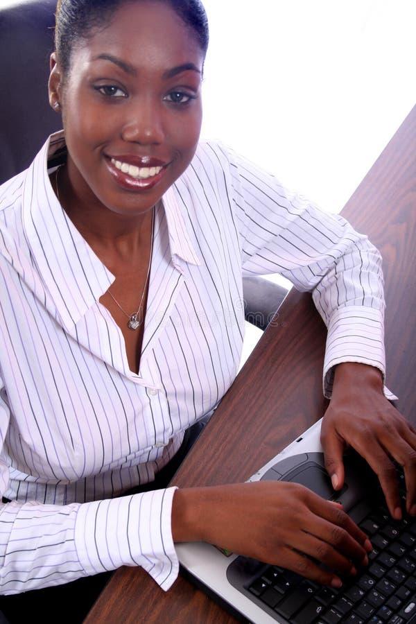 Mujer africana de Amrican con el ordenador foto de archivo libre de regalías