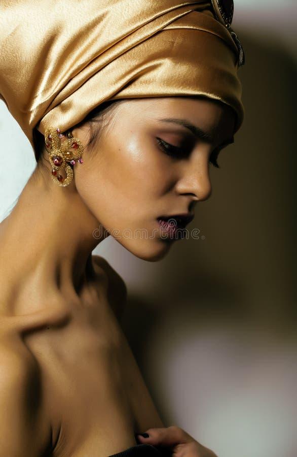 Mujer africana de la belleza en mantón en la cabeza, mirada muy elegante con joyería del oro imágenes de archivo libres de regalías