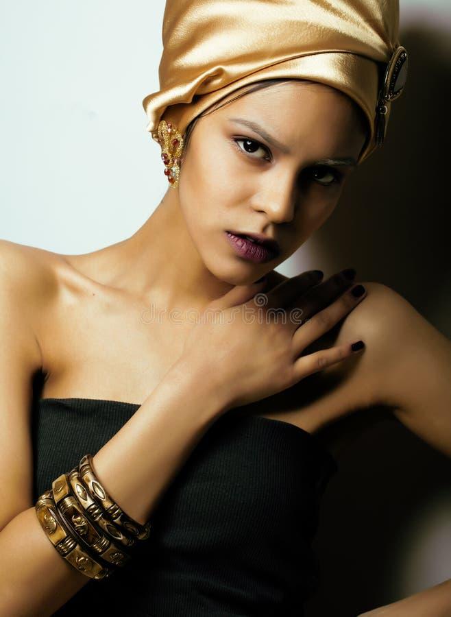 Mujer africana de la belleza en mantón en la cabeza, mirada muy elegante con joyería del oro imagen de archivo