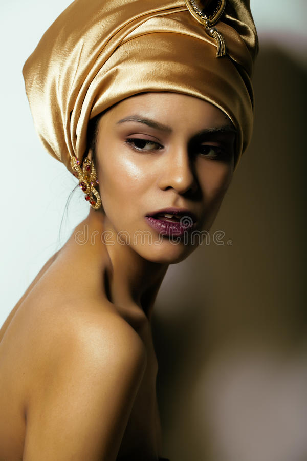 Mujer africana de la belleza en mantón en la cabeza, muy imágenes de archivo libres de regalías