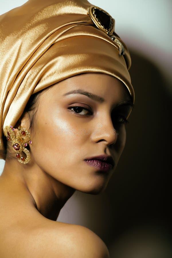 Mujer africana de la belleza en mantón en la cabeza, muy imagen de archivo