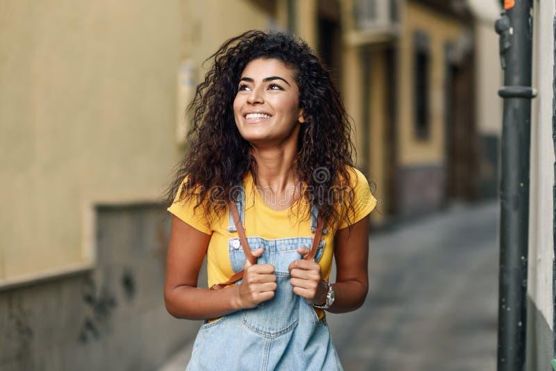 Mujer africana del norte joven con el peinado rizado negro al aire libre fotos de archivo