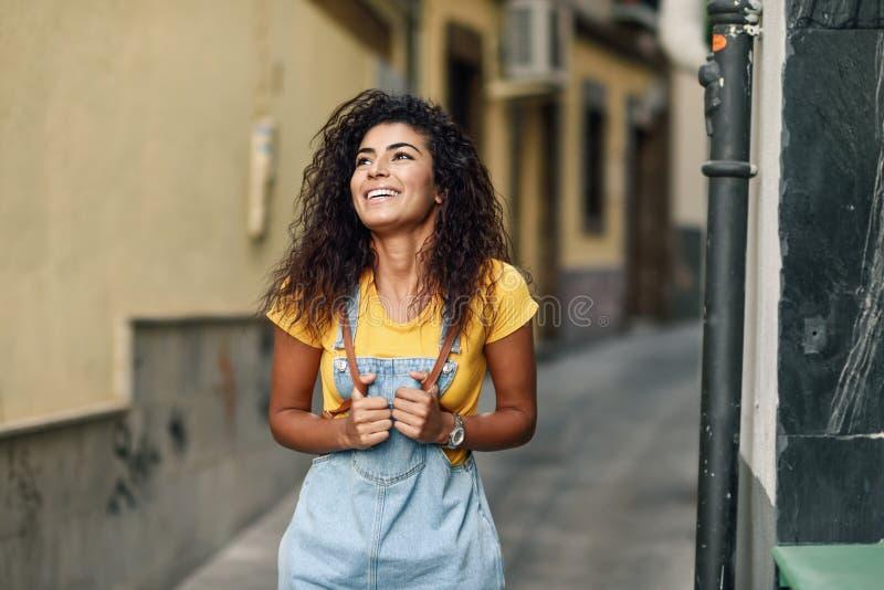 Mujer africana del norte joven con el peinado rizado negro al aire libre fotografía de archivo