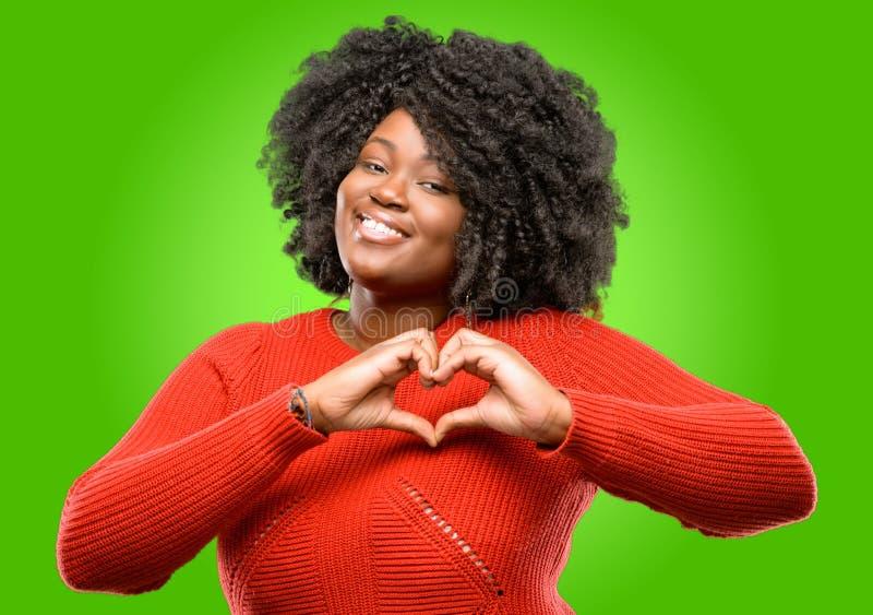 Mujer africana hermosa con el pelo rizado aislado sobre fondo verde imágenes de archivo libres de regalías