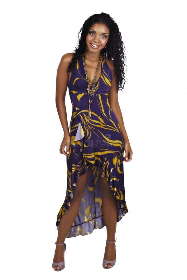 Mujer africana hermosa con el pelo rizado largo fotos de archivo