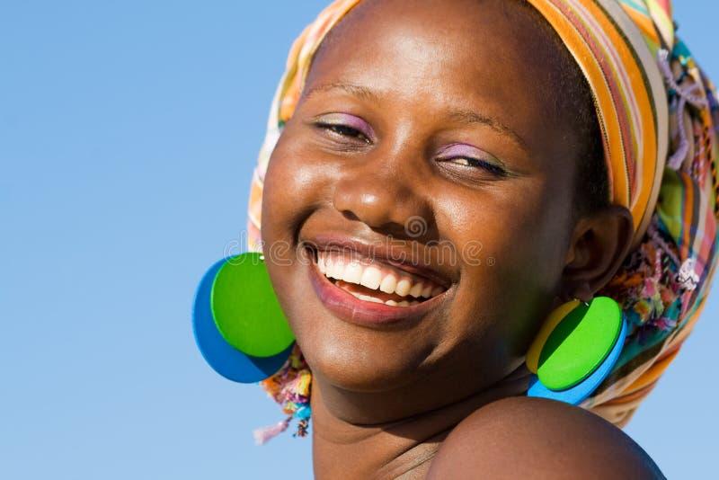 Mujer africana hermosa con la bufanda imagen de archivo libre de regalías