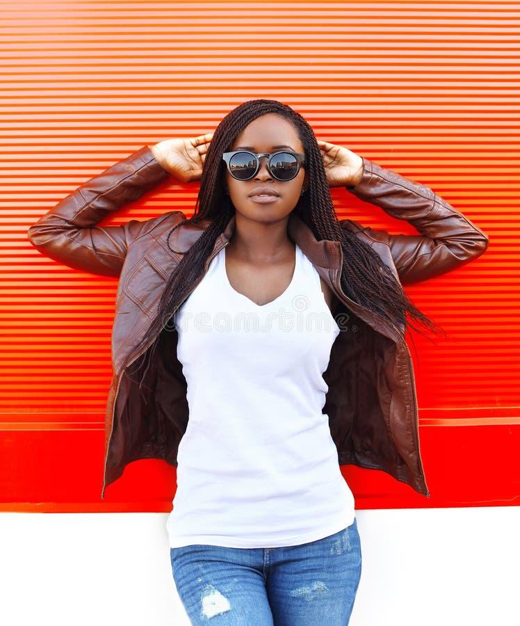 Mujer africana hermosa del retrato que lleva una chaqueta de cuero imagenes de archivo