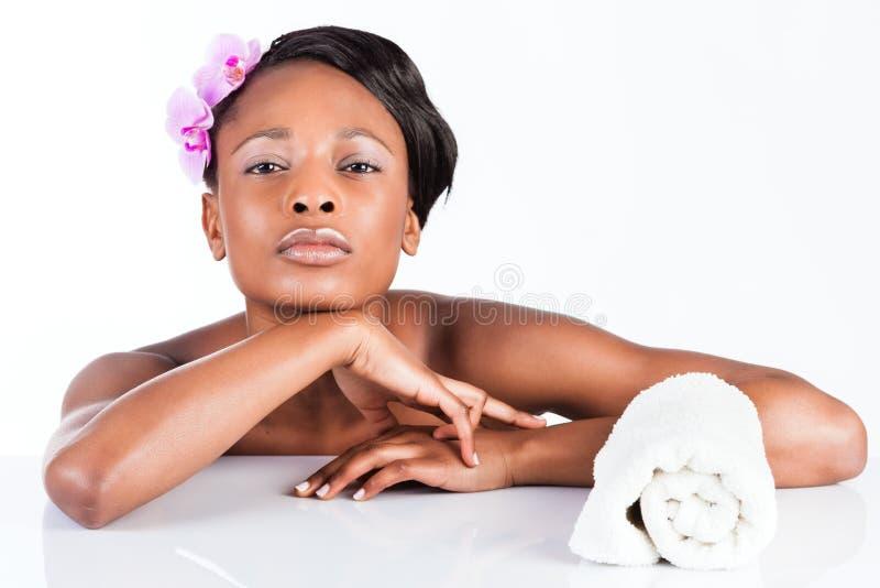 Mujer africana hermosa en estudio con la toalla fotografía de archivo libre de regalías
