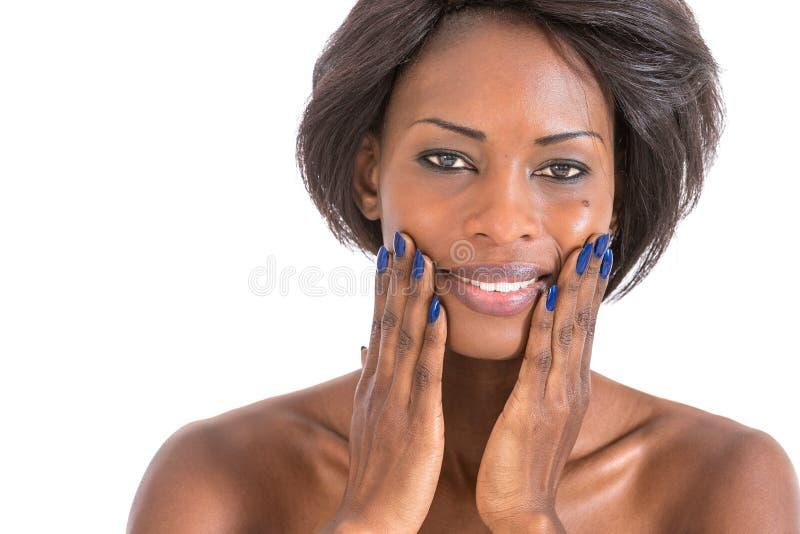 Mujer africana hermosa envuelta en una toalla imágenes de archivo libres de regalías