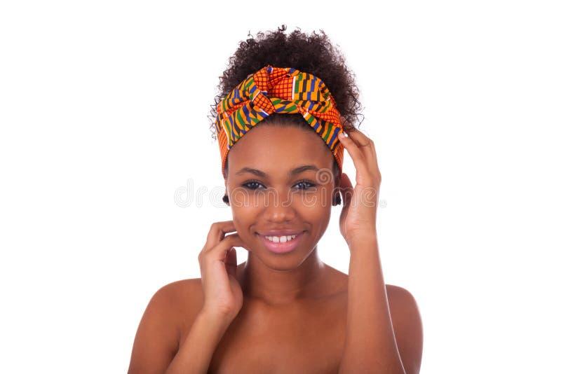Mujer africana hermosa joven, aislada sobre el fondo blanco imagen de archivo libre de regalías