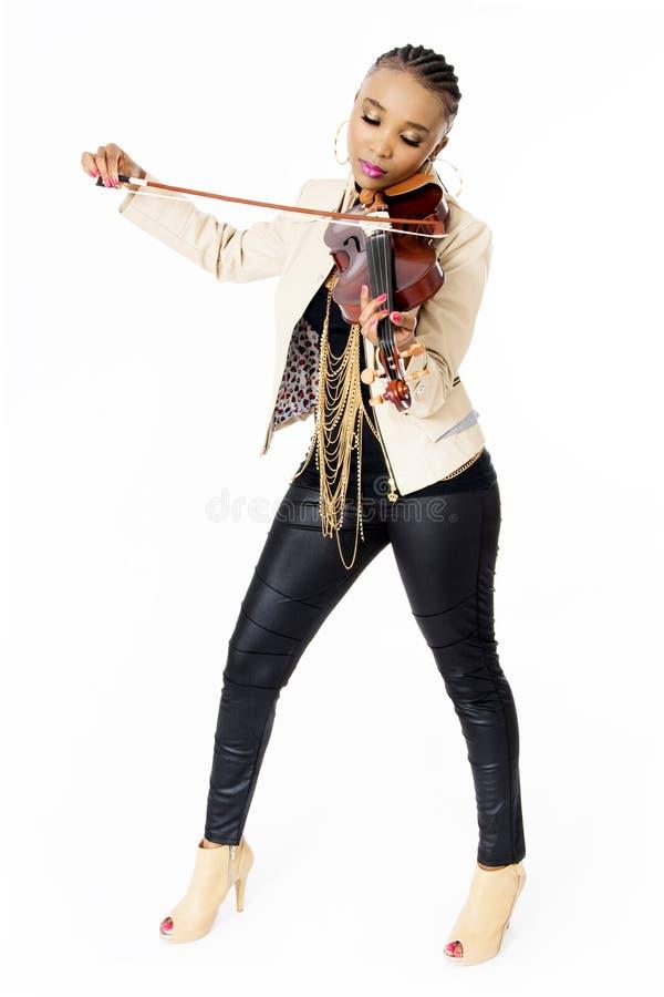 Mujer africana hermosa joven que toca el violín, moda, integral, tiro del estudio, fotos de archivo libres de regalías