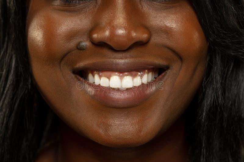 Mujer africana joven en el fondo amarillo del estudio, expresión facial imagen de archivo libre de regalías