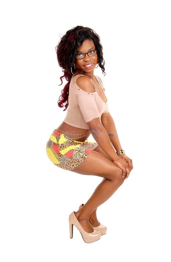 Mujer africana joven en falda imágenes de archivo libres de regalías
