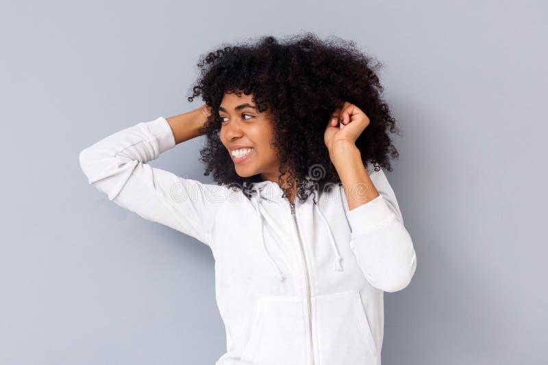 Mujer africana joven feliz que sonríe y que mira lejos foto de archivo libre de regalías