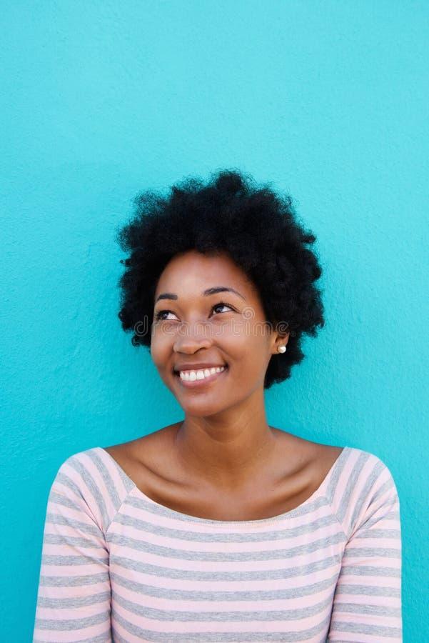 Mujer africana joven hermosa que sonríe con un vistazo imágenes de archivo libres de regalías