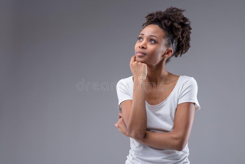 Mujer africana joven pensativa bonita fotografía de archivo libre de regalías