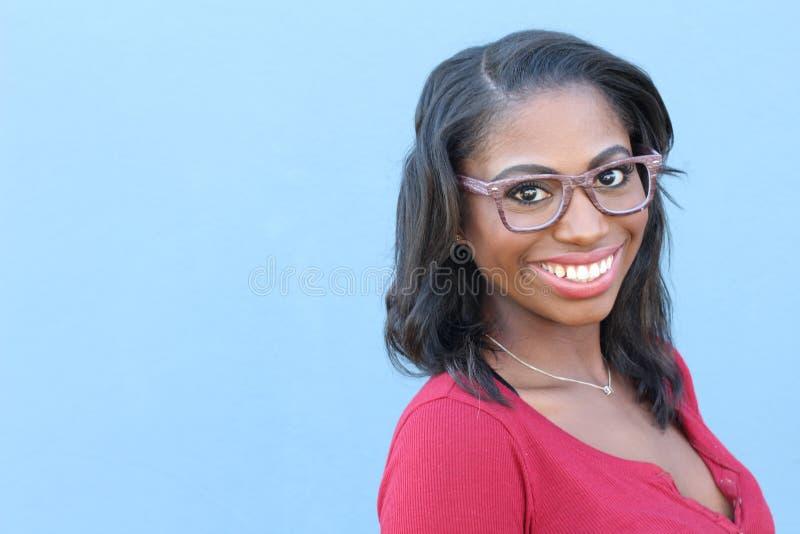 Mujer africana joven sonriente hermosa del retrato - imagen común imágenes de archivo libres de regalías