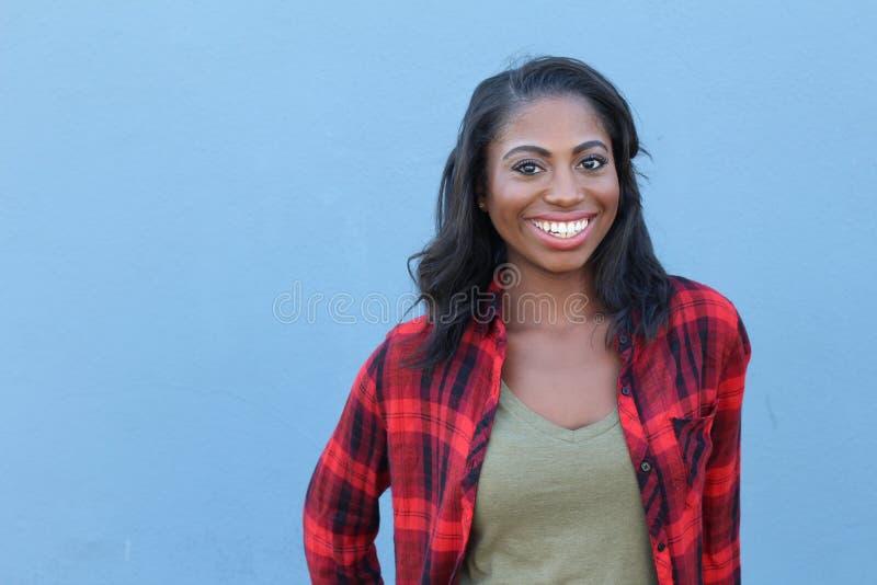 Mujer africana joven sonriente hermosa del retrato - imagen común con el espacio de la copia fotografía de archivo libre de regalías