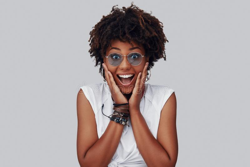 Mujer africana joven sorprendida foto de archivo