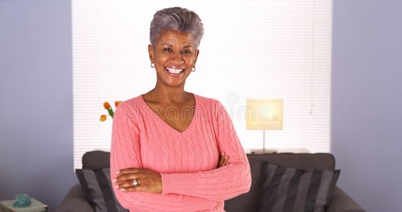 Mujer africana mayor feliz imágenes de archivo libres de regalías