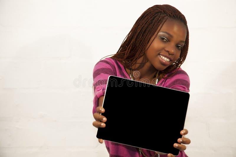 Mujer africana que lleva a cabo una muestra negra en blanco fotografía de archivo libre de regalías
