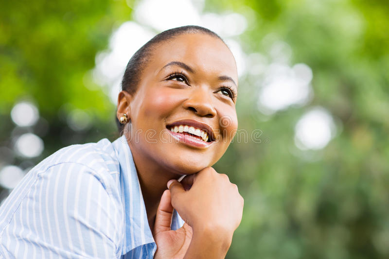 Mujer africana que mira para arriba fotos de archivo libres de regalías
