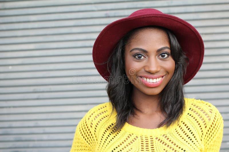 Mujer africana sonriente hermosa de la cadera joven del retrato - imagen común imagen de archivo libre de regalías