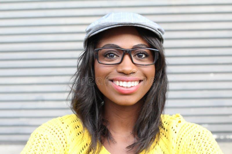 Mujer africana sonriente hermosa de la cadera joven del retrato - imagen común imágenes de archivo libres de regalías