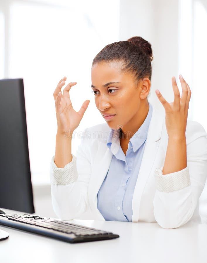 Mujer africana subrayada con el ordenador imágenes de archivo libres de regalías