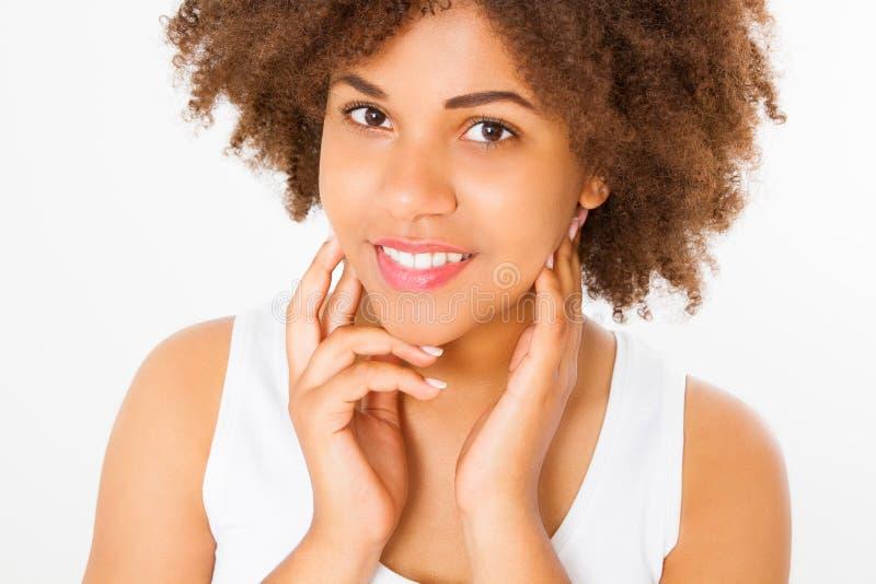 Mujer afroamericana aislada en el fondo blanco Copie el espacio Mofa para arriba El cuidado de piel, balneario y compone concepto fotos de archivo libres de regalías