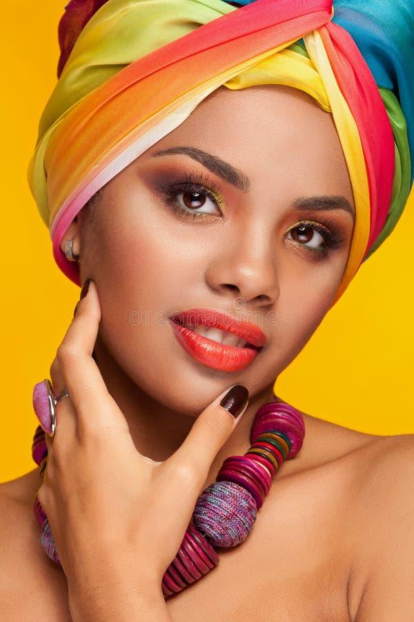 Mujer afroamericana con el turbante del ethinc de la moda imagen de archivo libre de regalías