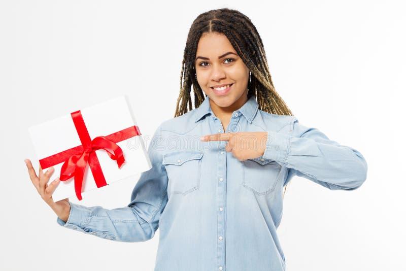 Mujer afroamericana con los dreadlocks señalados en la caja de regalo aislada foto de archivo