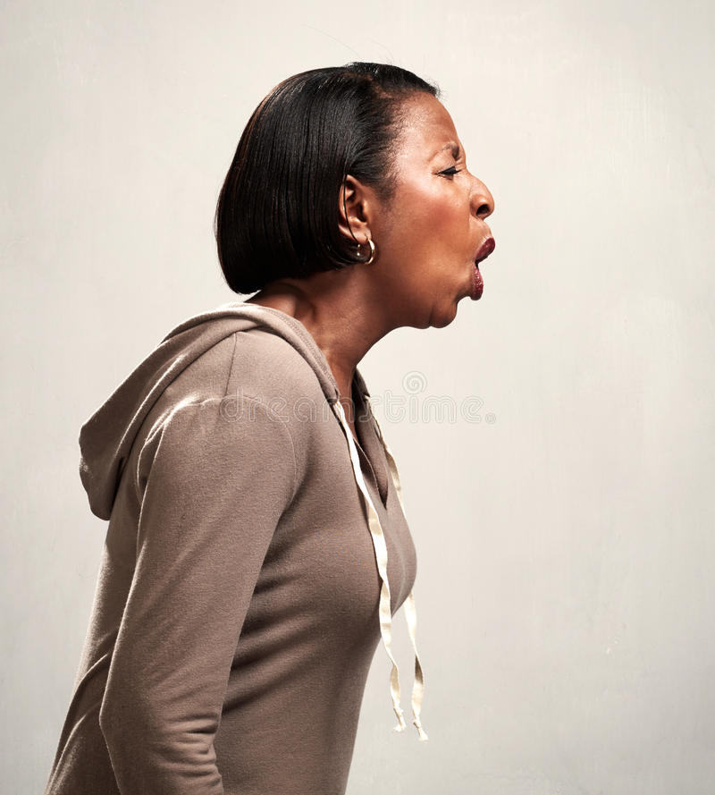 Mujer afroamericana de griterío enojada foto de archivo libre de regalías