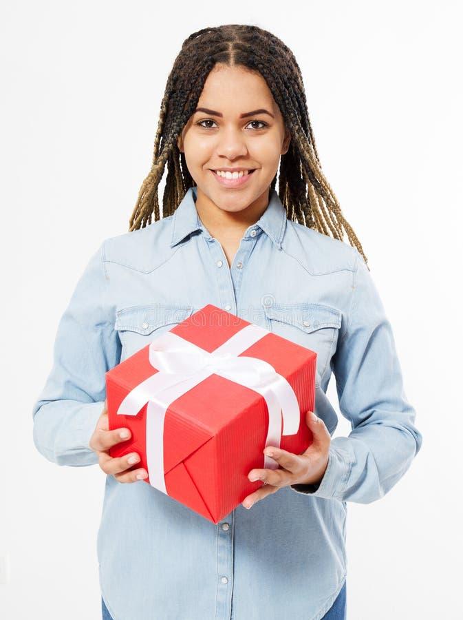 Mujer afroamericana de la sonrisa con los dreadlocks que sostienen una caja de regalo grande foto de archivo