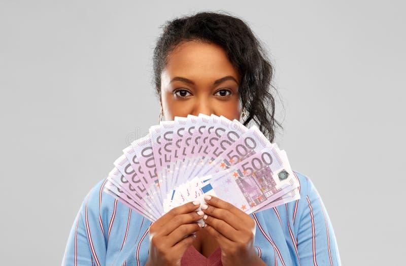 Mujer afroamericana emocionada con el dinero euro foto de archivo libre de regalías