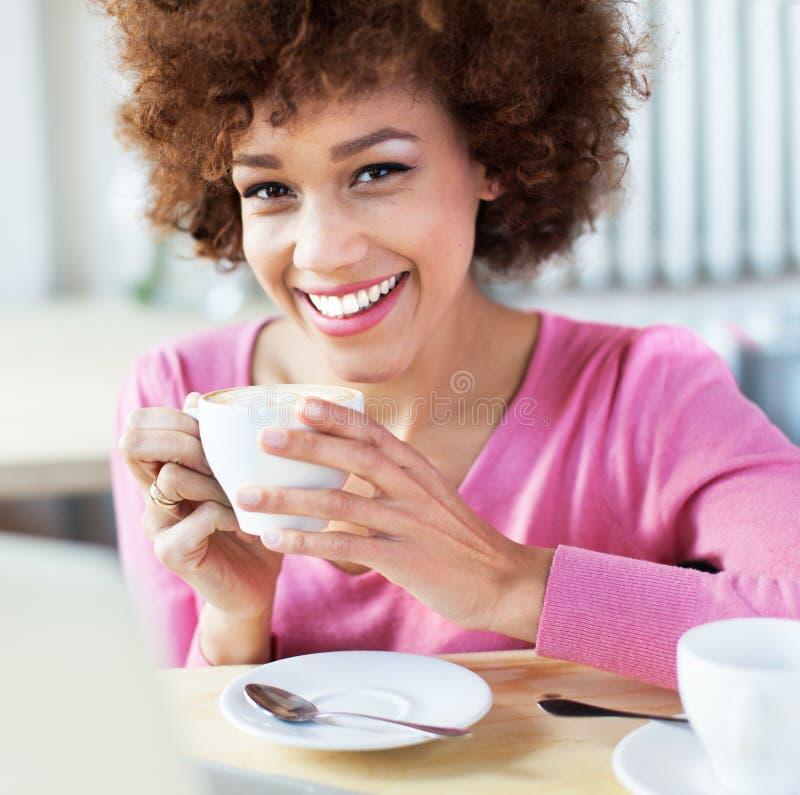 Mujer afroamericana en el café imágenes de archivo libres de regalías