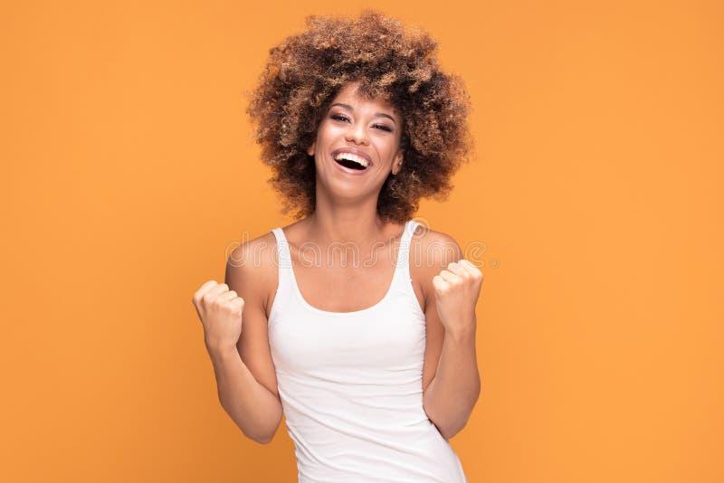 Mujer afroamericana feliz hermosa que celebra la victoria fotos de archivo libres de regalías