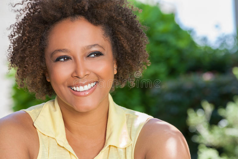 Mujer afroamericana feliz que sonríe afuera foto de archivo