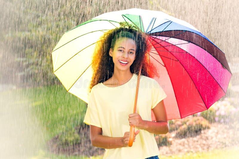 Mujer afroamericana hermosa con el paraguas fotos de archivo libres de regalías