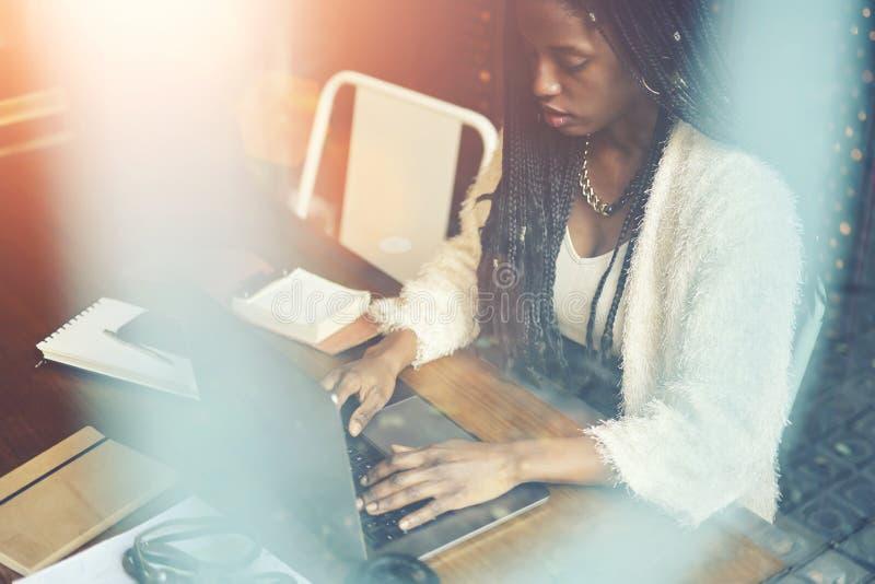 Mujer afroamericana hermosa emocional fotografía de archivo libre de regalías