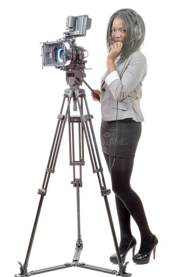 Mujer afroamericana joven con la cámara de vídeo profesional fotos de archivo libres de regalías