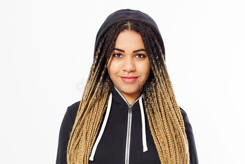 Mujer afroamericana joven del retrato con el pelo de los dreadlocks en sudadera con capucha fotografía de archivo libre de regalías