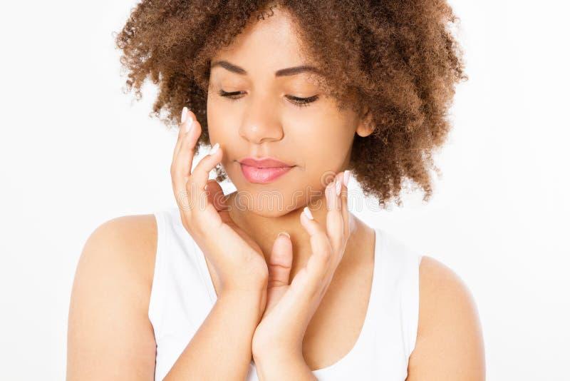 Mujer afroamericana joven hermosa aislada en el fondo blanco Copie el espacio Mofa para arriba El cuidado de piel, balneario y co imagen de archivo