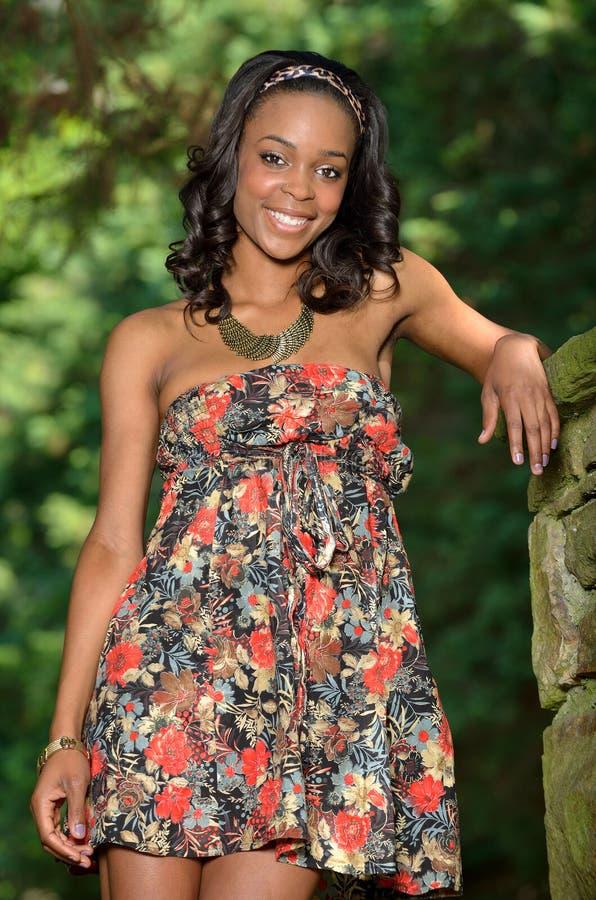 Mujer afroamericana joven hermosa en sundress florales foto de archivo